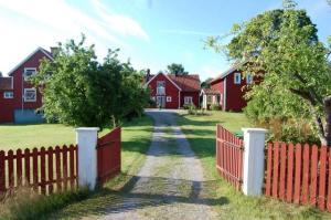 Sörgården från grinden_liten